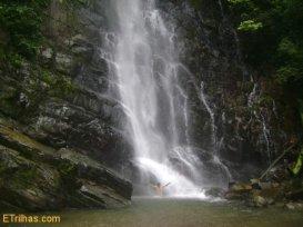 banho-cachoeira-araponga-petar