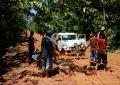 Muita força para desatolar o jeep na trilha para o Pico da Neblina